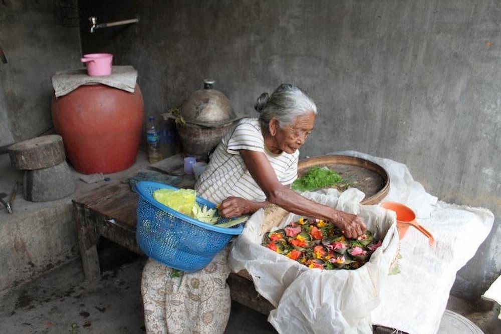 Making Hindu offerings